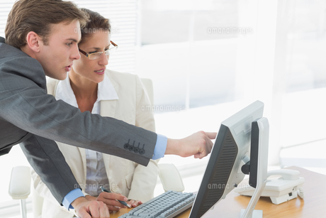 Business couple using computer at office deskの写真素材 [FYI00000009]