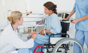 Doctor talking to a patient in wheelchair at hospitalの写真素材 [FYI00000013]