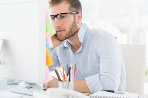 Concentrated young man using computerの写真素材 [FYI00000029]