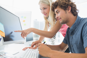 Casual couple using computer in officeの写真素材 [FYI00000043]