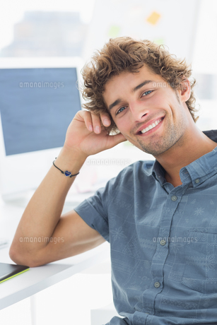 Smiling casual young man in officeの写真素材 [FYI00000045]