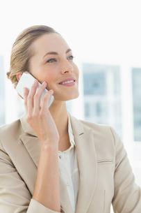 Beautiful businesswoman using mobile phoneの写真素材 [FYI00000068]