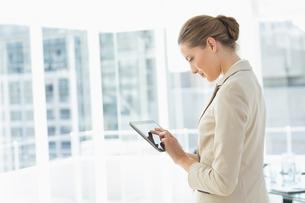 Beautiful businesswoman using digital tablet in officeの写真素材 [FYI00000071]