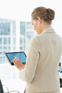 Beautiful businesswoman using digital tabletの写真素材 [FYI00000072]