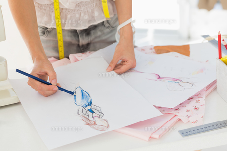 Mid section of a fashion designer working on her designsの素材 [FYI00000075]