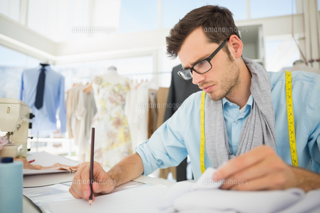 Fashion designer working on his designsの素材 [FYI00000081]