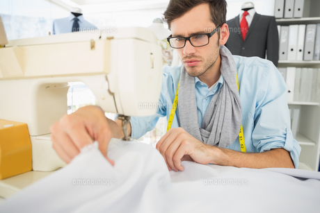Male tailor sewing in workshopの素材 [FYI00000089]
