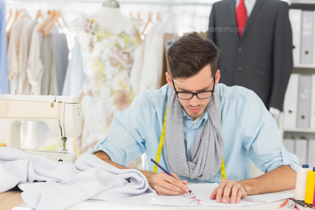 Fashion designer working on his designsの素材 [FYI00000090]