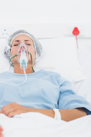 Female patient receiving artificial ventilationの素材 [FYI00000094]