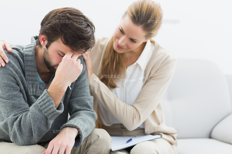 Young man in meeting with a psychologistの写真素材 [FYI00000095]