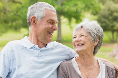 Closeup of a senior couple at parkの写真素材 [FYI00000141]