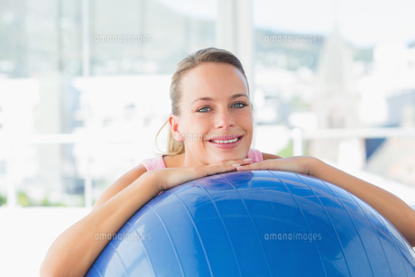 Smiling fit woman with exercise ball at gymの写真素材 [FYI00000153]