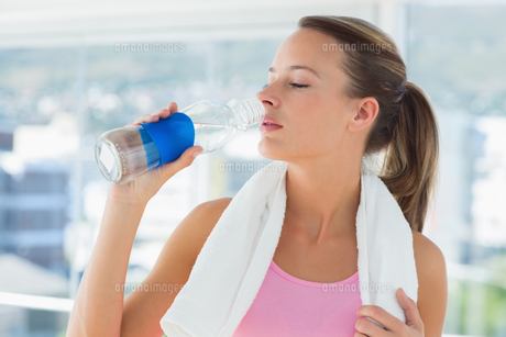 Young woman drinking water in gymの素材 [FYI00000159]
