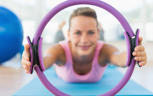 Sporty woman with exercise ring in fitness studioの写真素材 [FYI00000164]