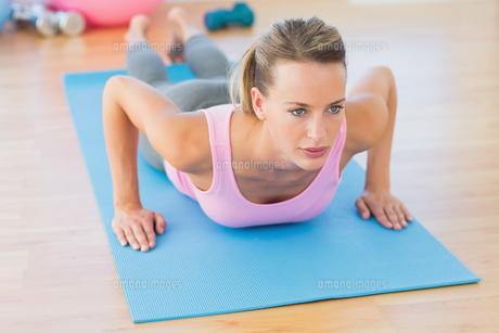 Determined beautiful woman doing push upsの素材 [FYI00000171]
