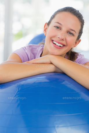 Portrait of a smiling fit woman with exercise ballの写真素材 [FYI00000174]