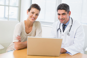 Doctor and patient using laptop in medical officeの写真素材 [FYI00000198]
