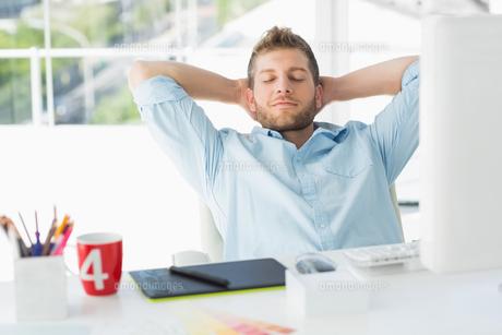 Designer relaxing at his deskの素材 [FYI00000221]