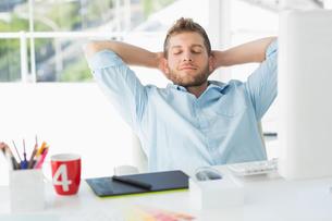 Designer relaxing at his deskの写真素材 [FYI00000221]
