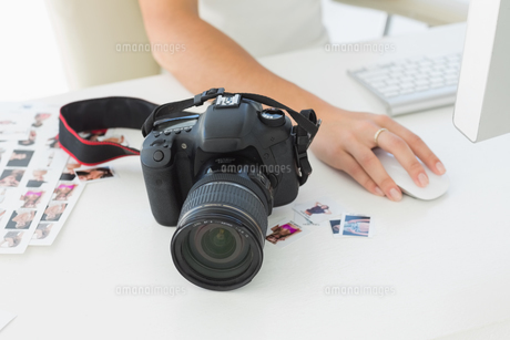 Digital camera on photographers deskの素材 [FYI00000228]