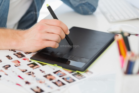 Designer working with graphics tablet at his deskの写真素材 [FYI00000240]