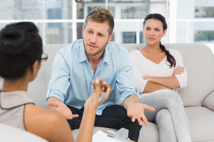 Unhappy couple at therapy session with man talking to therapistの写真素材 [FYI00000251]