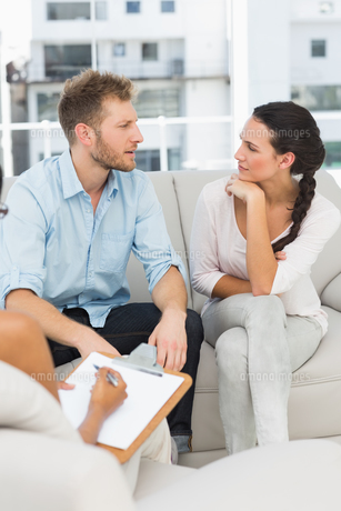 Unhappy couple talking at therapy sessionの写真素材 [FYI00000254]