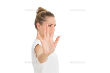 Woman holding her hand up to the cameraの写真素材 [FYI00000271]