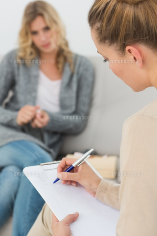 Therapist writing notes on her clipboardの写真素材 [FYI00000273]