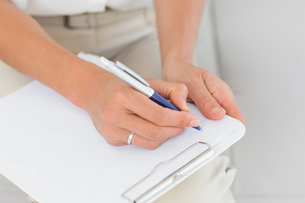 Therapist taking notes on clipboardの写真素材 [FYI00000282]