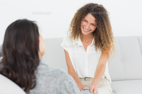 Therapist smiling at her patientの写真素材 [FYI00000288]