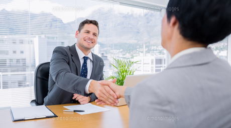 Executives shaking hands after a business meetingの素材 [FYI00000316]