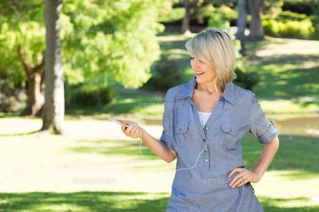 Woman enjoying music in parkの素材 [FYI00000328]