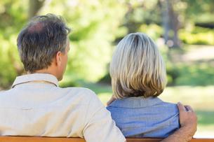 Couple relaxing in parkの写真素材 [FYI00000330]
