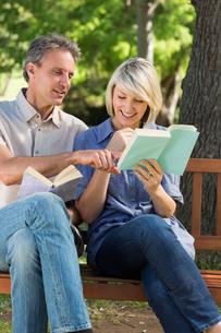 Couple reading books on benchの写真素材 [FYI00000332]