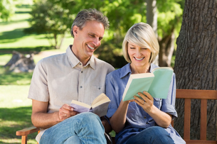 Couple reading books on benchの写真素材 [FYI00000334]