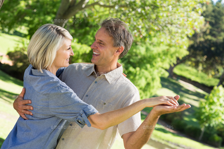 Couple dancing in parkの写真素材 [FYI00000335]