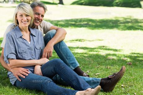 Happy couple sitting in parkの写真素材 [FYI00000345]