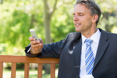 Businessman using smartphoneの写真素材 [FYI00000353]