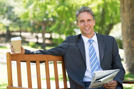 Businessman with newspaper and coffee cupの写真素材 [FYI00000354]