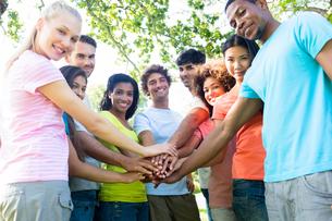 Multiethnic friends stacking handsの写真素材 [FYI00000381]