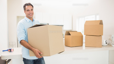 Man carrying boxes in a new houseの素材 [FYI00000419]