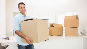 Man carrying boxes in a new houseの写真素材 [FYI00000419]