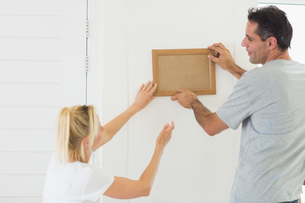 Couple decorating their new houseの写真素材 [FYI00000458]