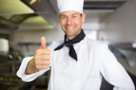 Portrait of a smiling male cook gesturing thumbs upの素材 [FYI00000477]