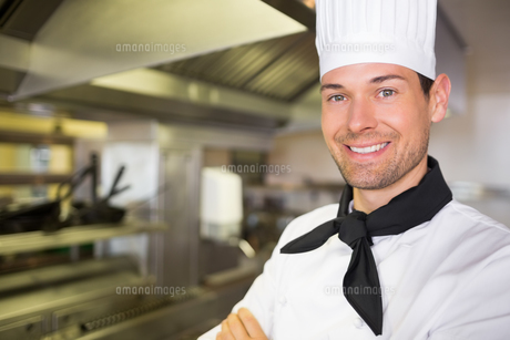 Smiling male cook in the kitchenの写真素材 [FYI00000478]