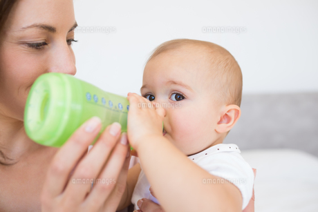 Mother feeding baby with milk bottleの写真素材 [FYI00000524]