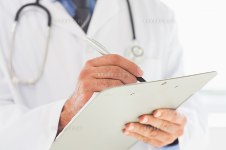 Doctor writing on clipboardの写真素材 [FYI00000532]
