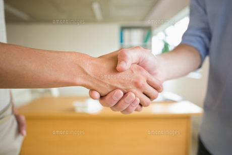 Business people shaking hands in officeの写真素材 [FYI00000534]