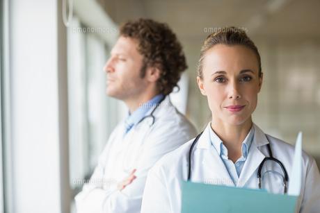 Portrait of confident female doctorの写真素材 [FYI00000539]